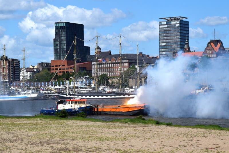 Hamburg, Duitsland: De Boot van de brandweerkorpspomp in Actie bij St pauli-Landungsbrucken, Hafengeburtstag - de Gebeurtenis van royalty-vrije stock foto