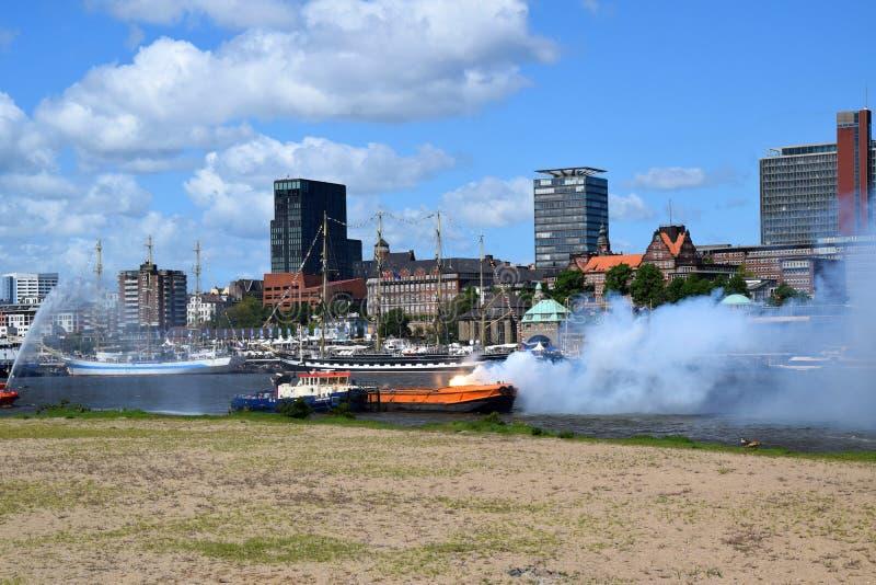 Hamburg, Duitsland: De Boot van de brandweerkorpspomp in Actie bij St pauli-Landungsbrucken, Hafengeburtstag - de Gebeurtenis van royalty-vrije stock fotografie
