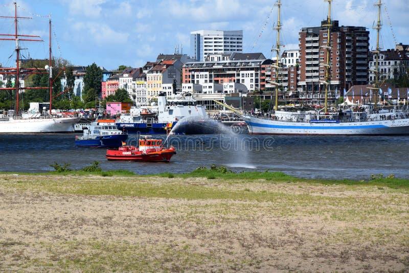 Hamburg, Duitsland: De Boot van de brandweerkorpspomp in Actie bij St pauli-Landungsbrucken, Hafengeburtstag - de Gebeurtenis van royalty-vrije stock foto's