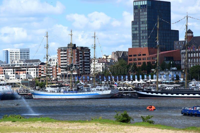 Hamburg, Duitsland: De Boot van de brandweerkorpspomp in Actie bij St pauli-Landungsbrucken, Hafengeburtstag - de Gebeurtenis van stock foto