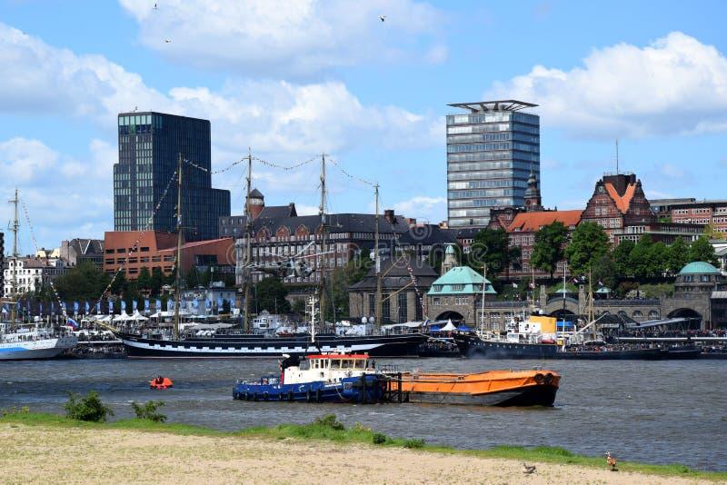 Hamburg, Duitsland: De Boot van de brandweerkorpspomp in Actie bij St pauli-Landungsbrucken, Hafengeburtstag - de Gebeurtenis van stock fotografie