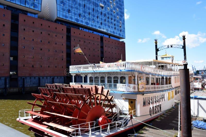 Hamburg, Duitsland: De Mississippi Koningin Steamboat in Elbfilharmonie, Hafengeburtstag St pauli-Landungsbrucken stock foto's