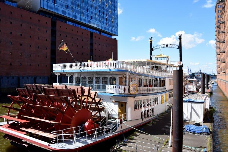 Hamburg, Duitsland: De Mississippi Koningin Steamboat in Elbfilharmonie, Hafengeburtstag St pauli-Landungsbrucken royalty-vrije stock foto's