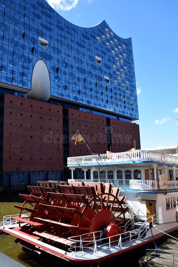 Hamburg, Duitsland: De Mississippi Koningin Steamboat in Elbfilharmonie, Hafengeburtstag St pauli-Landungsbrucken royalty-vrije stock afbeelding