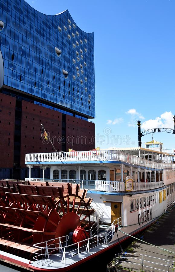 Hamburg, Duitsland: De Mississippi Koningin Steamboat in Elbfilharmonie, Hafengeburtstag St pauli-Landungsbrucken royalty-vrije stock fotografie