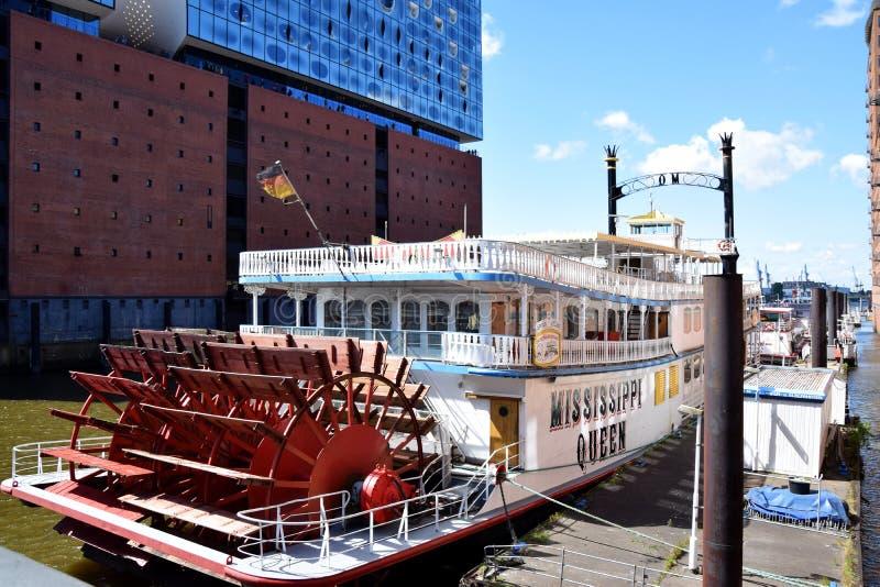 Hamburg, Duitsland: De Mississippi Koningin Steamboat in Elbfilharmonie, Hafengeburtstag St pauli-Landungsbrucken stock fotografie
