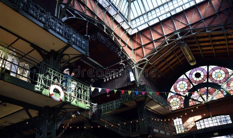 Hamburg, Duitsland: De Zaal van de vissenmarkt bij St pauli-Landungsbrucken, Hafengeburtstag - de Gebeurtenis van de Havenverjaar stock afbeelding