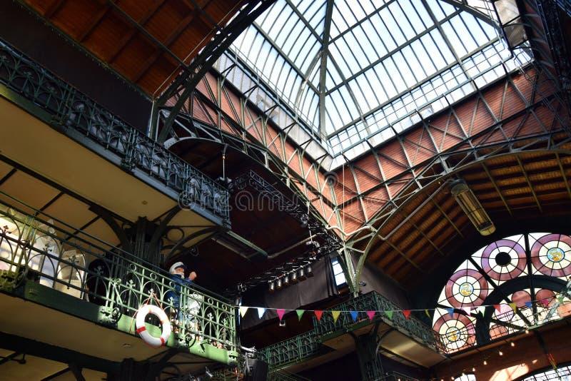 Hamburg, Duitsland: De Zaal van de vissenmarkt bij St pauli-Landungsbrucken, Hafengeburtstag - de Gebeurtenis van de Havenverjaar royalty-vrije stock foto's