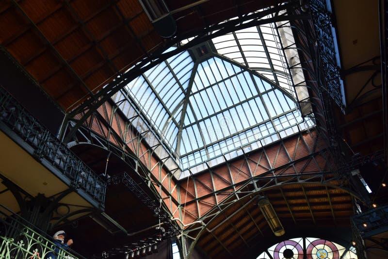 Hamburg, Duitsland: De Zaal van de vissenmarkt bij St pauli-Landungsbrucken, Hafengeburtstag - de Gebeurtenis van de Havenverjaar royalty-vrije stock foto