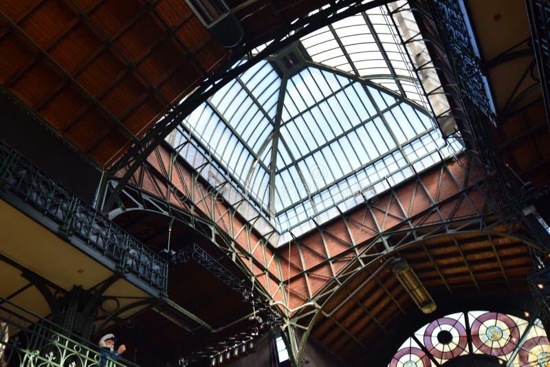 Hamburg, Duitsland: De Zaal van de vissenmarkt bij St pauli-Landungsbrucken, Hafengeburtstag - de Gebeurtenis van de Havenverjaar royalty-vrije stock afbeelding