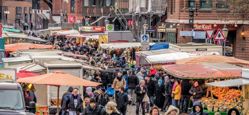 Hamburg, Duitsland, 10 December 2017: Marktkramen en mensen a stock afbeeldingen