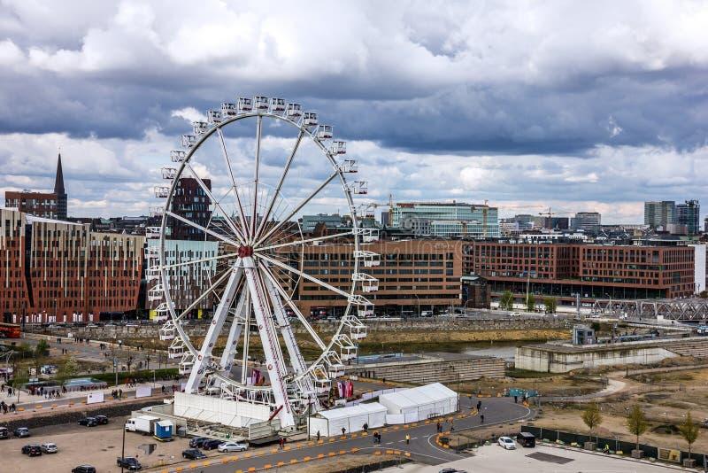 Hamburg in Duitsland: groot wiel in Hafencity-zeehaven royalty-vrije stock afbeelding