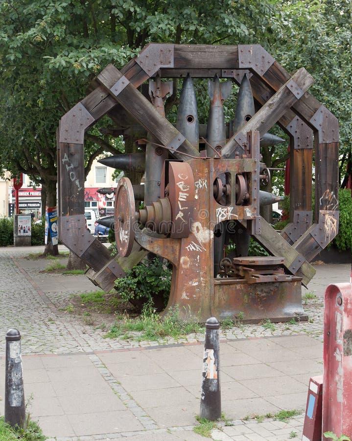 Hamburg, Duitsland Installatie van roestige shells en bommen op de straten van de stad stock fotografie