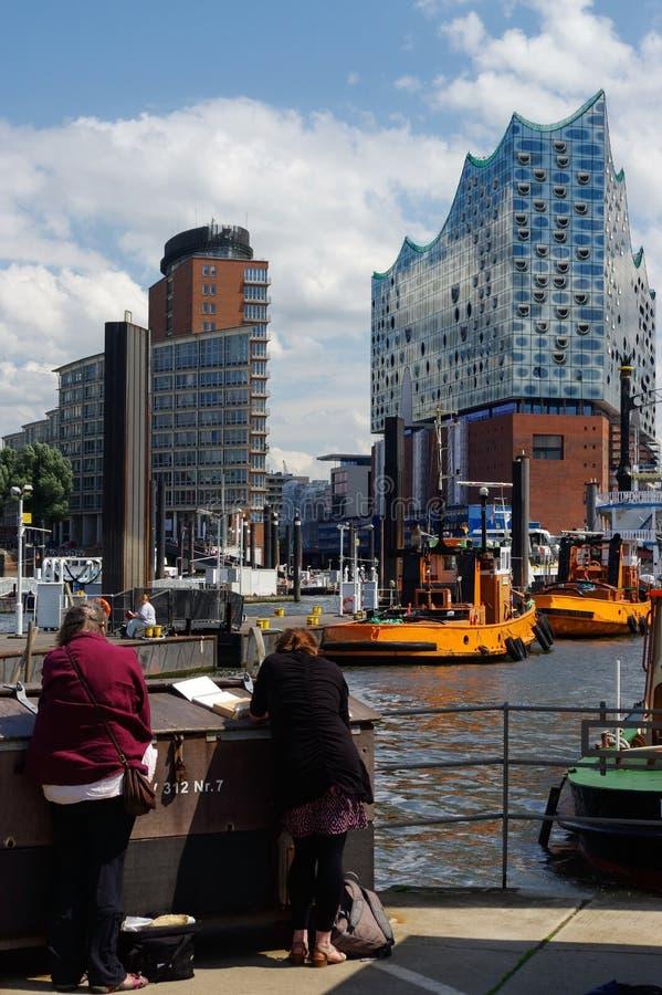 HAMBURG, DUITSLAND - JULI 18, 2015: De mening van Hamburg van de havenplaats, Hamburg is de tweede - grootste stad in Duitsland e royalty-vrije stock fotografie