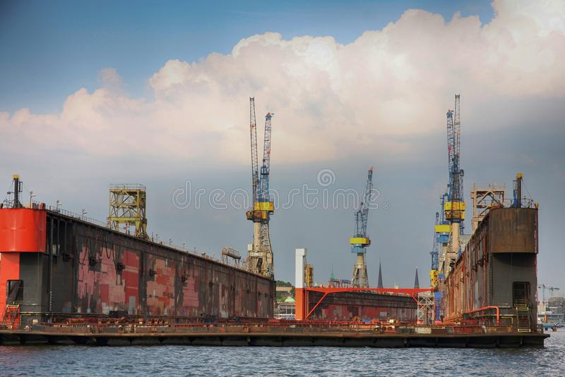 Hamburg, Duitsland - Juli 28, 2014: Mening van haven van de haven van Hamburg stock foto