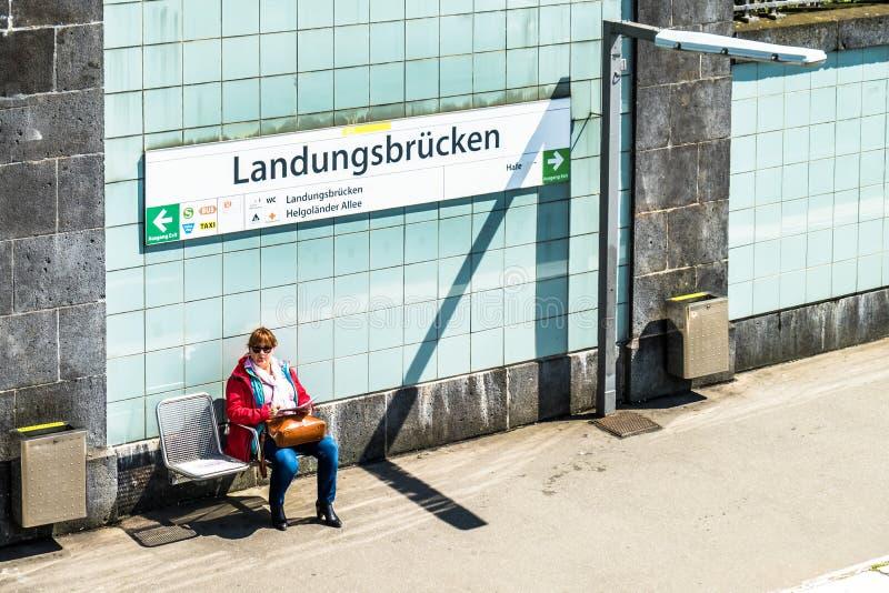 Hamburg, Duitsland - Juli 14, 2017: Passagiers die van St Pauli Landungsbrucken reizen royalty-vrije stock afbeeldingen