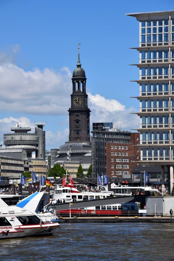 Hamburg, Duitsland: Kleiner Michel - St Michaelis Kerk bij St pauli-Landungsbrucken royalty-vrije stock foto's