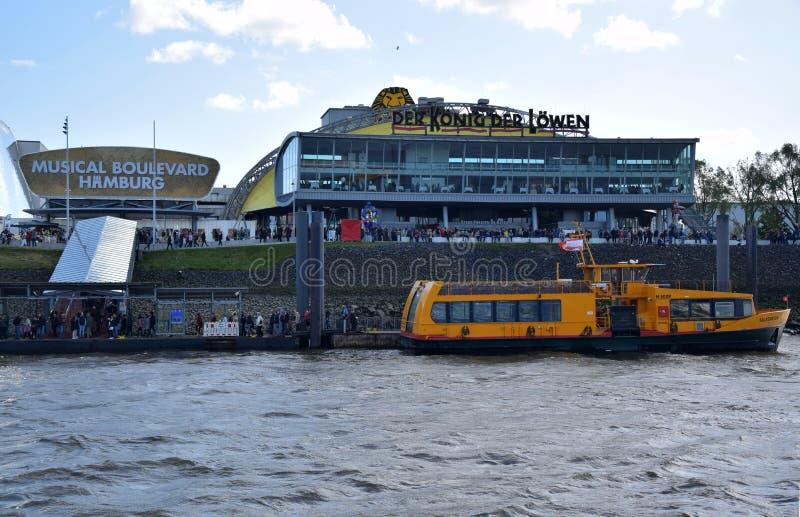 Hamburg, Duitsland - Lion King Musical van Disneystock afbeeldingen