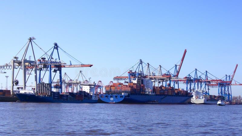 HAMBURG, DUITSLAND - MAART ACHTSTE, 2014: Mening over Burchardkai van de haven van Hamburg Het containerschip TABEA wordt leeggem royalty-vrije stock foto's