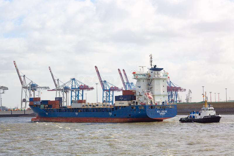 Hamburg, Duitsland - Maart, 2019: Containerschip in ladingshaven van Hamburg op de rivier Elbe royalty-vrije stock fotografie