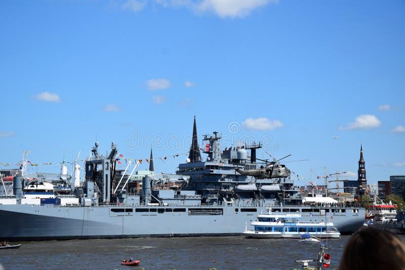 Hamburg, Duitsland: Militaire Boot bij St pauli-Landungsbrucken, Hafengeburtstag - de Viering van de Havenverjaardag stock afbeeldingen