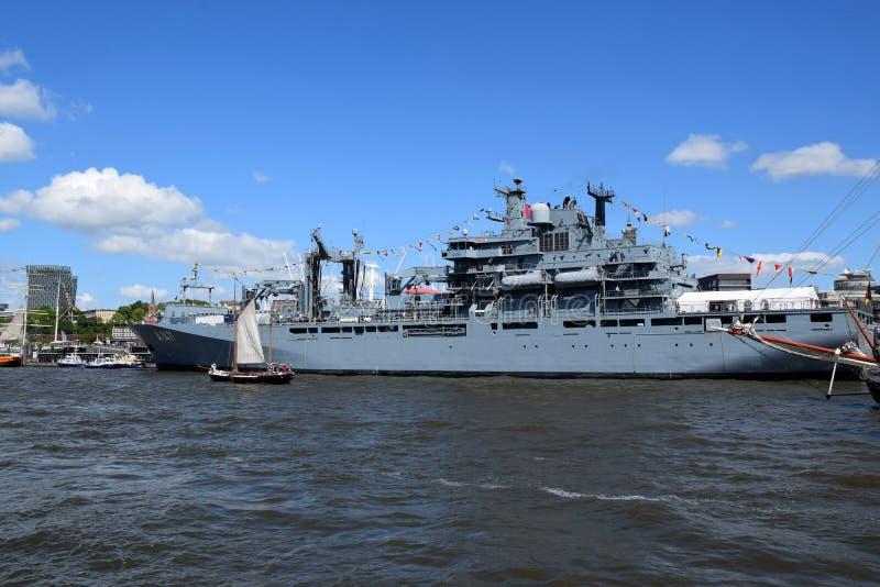 Hamburg, Duitsland: Militaire Boot bij St pauli-Landungsbrucken, Hafengeburtstag - de Viering van de Havenverjaardag royalty-vrije stock foto's