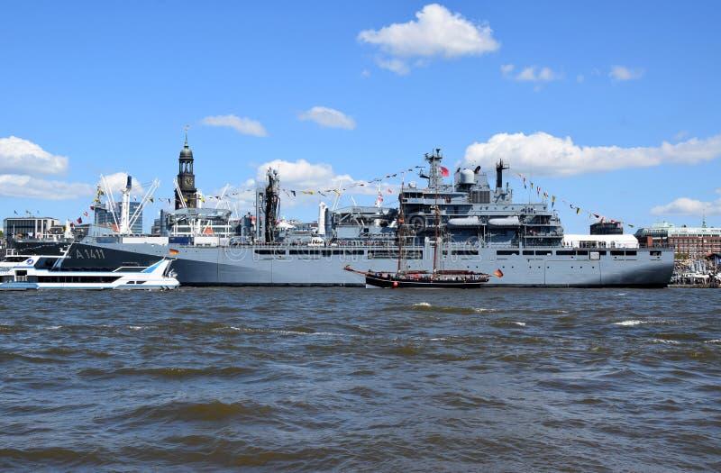 Hamburg, Duitsland: Militaire Boot bij St pauli-Landungsbrucken, Hafengeburtstag - de Viering van de Havenverjaardag royalty-vrije stock afbeeldingen