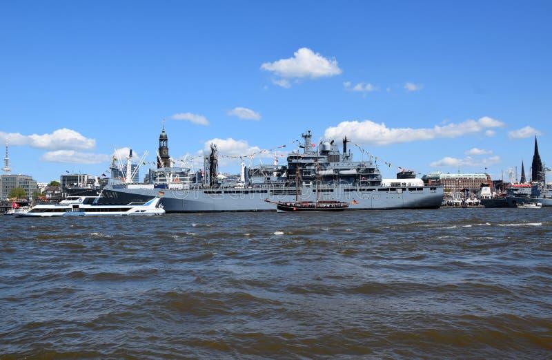 Hamburg, Duitsland: Militaire Boot bij St pauli-Landungsbrucken, Hafengeburtstag - de Viering van de Havenverjaardag stock foto