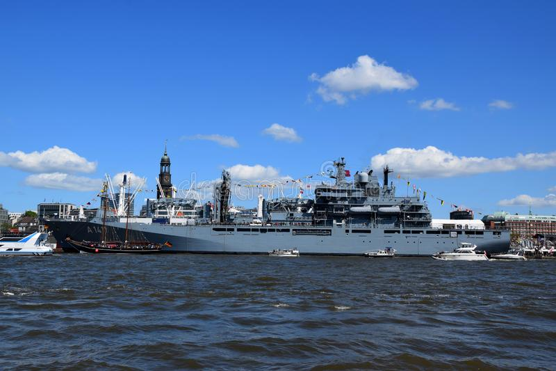 Hamburg, Duitsland: Militaire Boot bij St pauli-Landungsbrucken, Hafengeburtstag - de Viering van de Havenverjaardag royalty-vrije stock fotografie