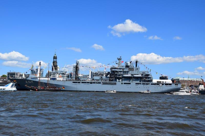 Hamburg, Duitsland: Militaire Boot bij St pauli-Landungsbrucken, Hafengeburtstag - de Viering van de Havenverjaardag stock fotografie