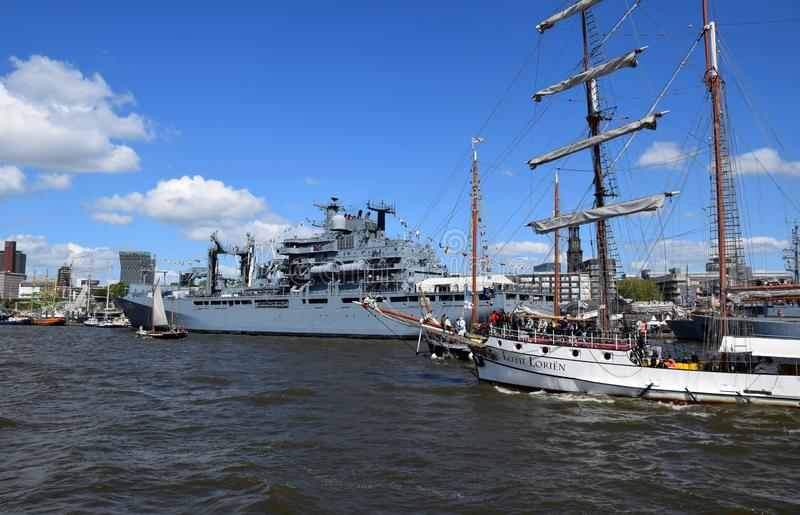 Hamburg, Duitsland: Varende Boten bij St pauli-Landungsbrucken, de Viering van de de Havenverjaardag van Hafengeburtstag â⠂¬â€ stock afbeeldingen