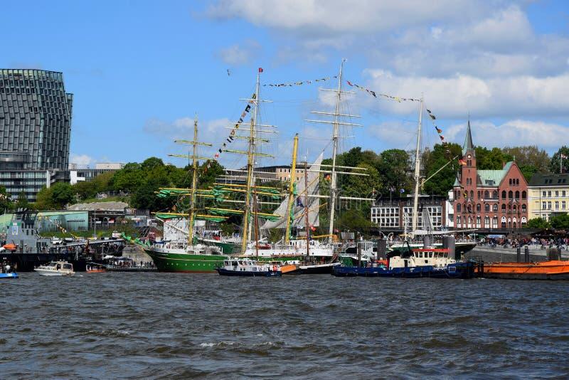 Hamburg, Duitsland: Varende Boten bij St pauli-Landungsbrucken, Hafengeburtstag - de Viering van de Havenverjaardag stock foto