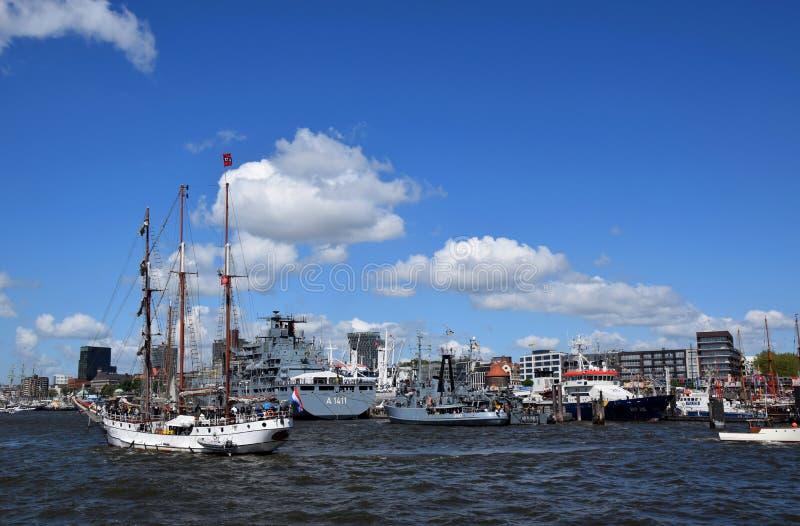 Hamburg, Duitsland: Varende Boten bij St pauli-Landungsbrucken, Hafengeburtstag - de Viering van de Havenverjaardag stock afbeelding