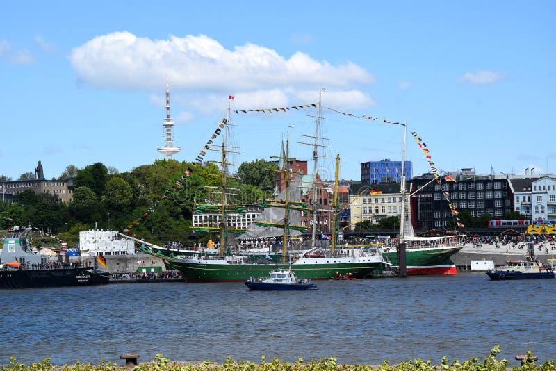 Hamburg, Duitsland: Varende Boten bij St pauli-Landungsbrucken, Hafengeburtstag - de Viering van de Havenverjaardag royalty-vrije stock foto's