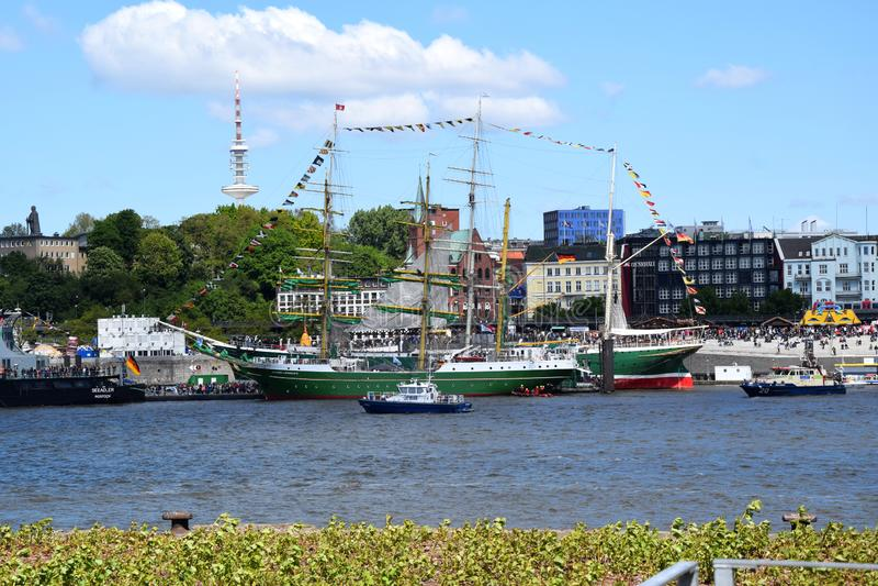 """Hamburg, Duitsland: Varende Boten bij St pauli-Landungsbrucken, Viering van de de Havenverjaardag van Hafengeburtstag †de """" stock fotografie"""