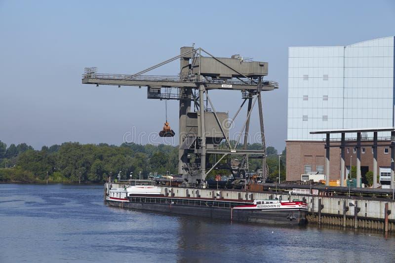 Hamburg - Entleerung der Kohle von einem Frachter in dem Kraftwerk Tiefstack lizenzfreie stockfotografie
