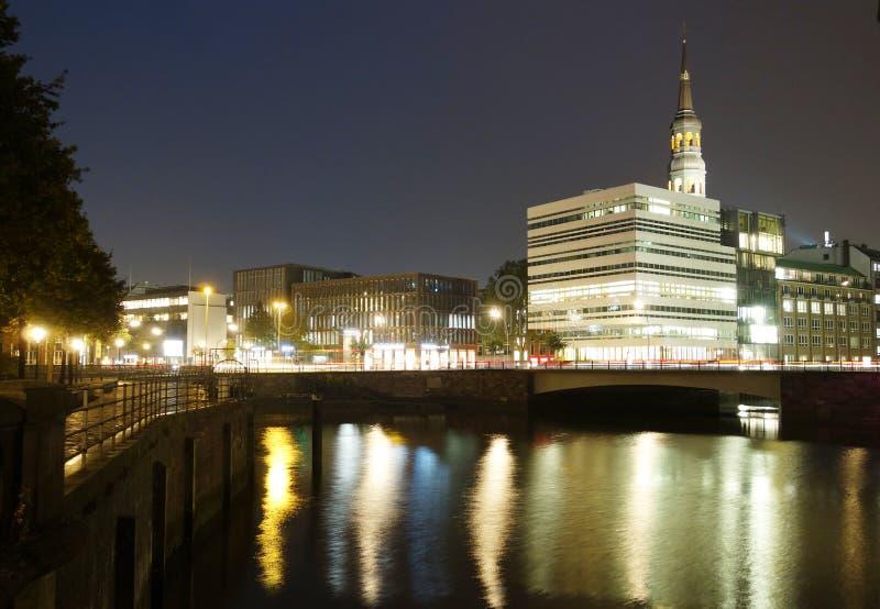 Hamburg kanal på natten royaltyfri fotografi