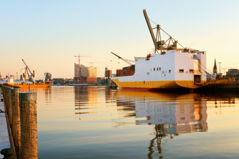 Hamburg, mening op Hansahafen met vrachtschip, landma royalty-vrije stock foto