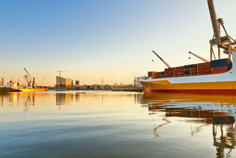 Hamburg, mening op Hansahafen met vrachtschip, landma royalty-vrije stock afbeelding