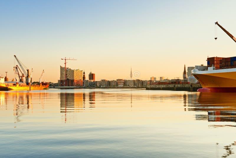 Hamburg, mening op Hansahafen met vrachtschip, landma stock fotografie
