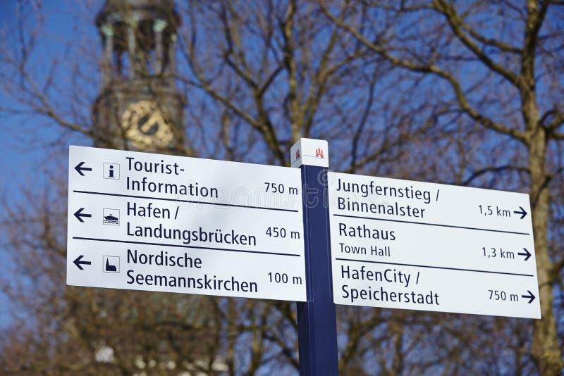 Hamburg - Michel och vägmärke royaltyfria bilder