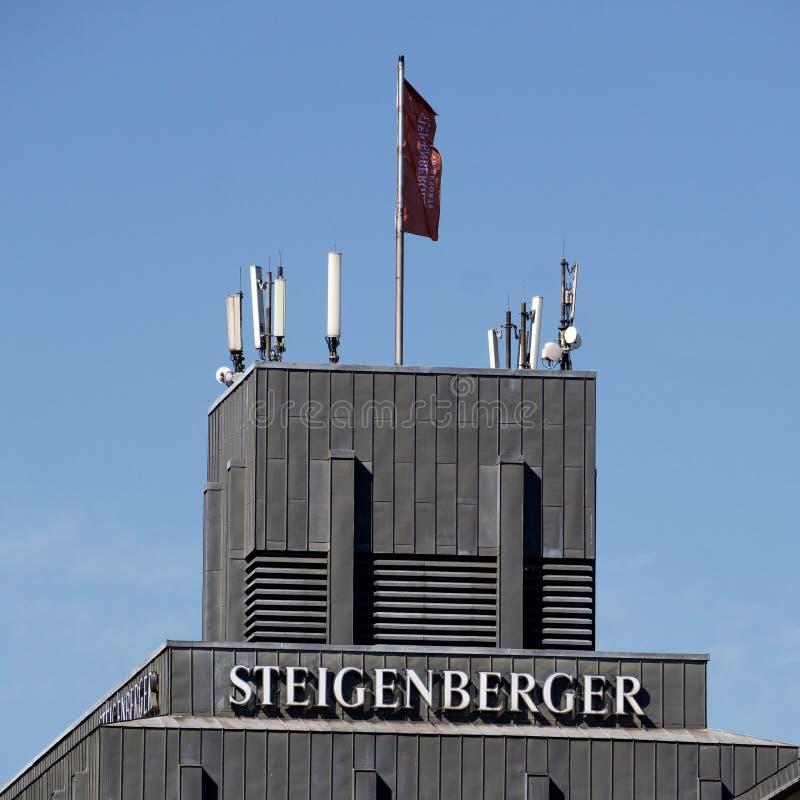 Hamburg, Niemcy, Czerwiec 6 , 2018: Dachowy wierzchołek Steigenberger hotel w centre Hamburg z firmy flagą, kilka i zdjęcie royalty free