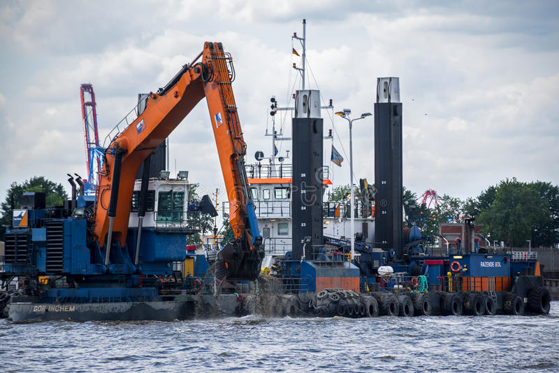 Hamburg Niemcy, Czerwiec, - 11, 2016: spławowa bagrownica pogłębia farwater obraz royalty free