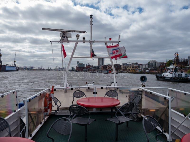 Hamburg, Niemcy - Kwiecień 22, 2016 Dezerterował górnego pokład HADAG schronienia prom przy Wiatrowym dniem zdjęcie royalty free