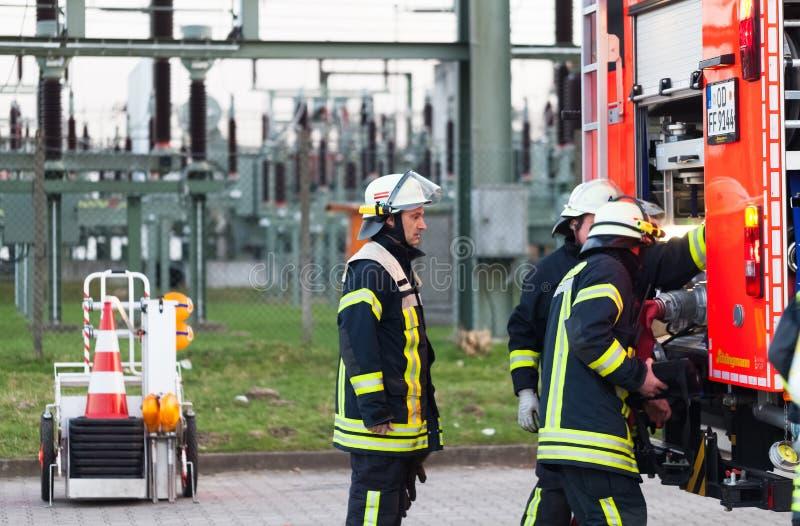 Hamburg Niemcy, Kwiecień, - 18, 2013: HDR - strażak w akci na samochodzie strażackim zdjęcia royalty free