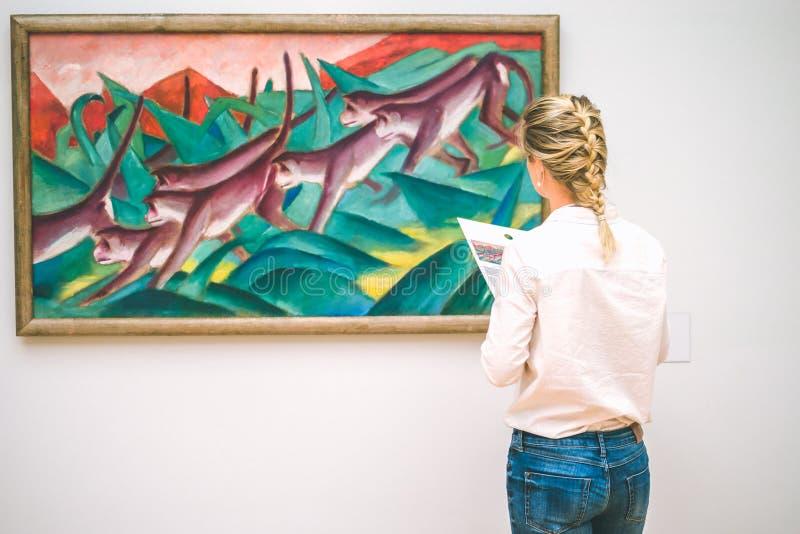 HAMBURG, NIEMCY - 9 2017 LIPIEC: Hamburski muzeum sztuki Junga kobieta podziwia obraz obrazy royalty free