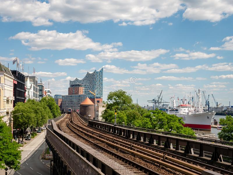 Hamburg Niemcy, Lipiec, - 02, 2018: Widok od staci metru Landungsbruecken przy Hamburskim schronieniem i Elbphilharmonie zdjęcie royalty free
