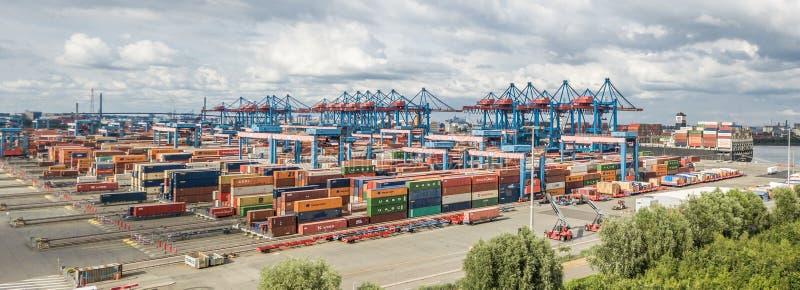 Hamburg Niemcy, Lipiec, - 14, 2017: Wysoce automatyzujący zbiornika terminal w Altenwerder jest jeden nowożytny i obraz stock