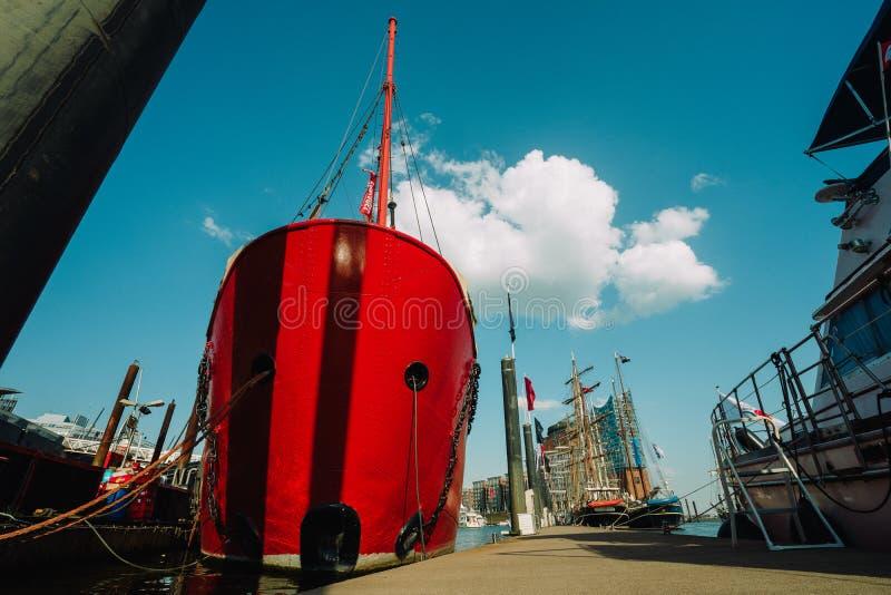 HAMBURG NIEMCY, Maj, - 9, 2018: Czerwonego ogienia łódź patrolowa w porcie Hamburg z restauracją na desce fotografia stock