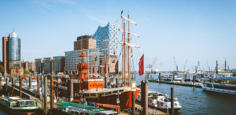 Hamburg Niemcy, Maj, - 17, 2018: HafenCity, Speicherstadt: Panoramiczny widok z Elbe Filharmoniczny Hall lub obrazy royalty free
